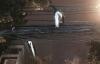 Sởn da gà nhìn nam thanh niên trèo qua dây điện để vào nhà