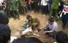 Đánh đu quá cao, nam thanh niên ngã văng xuống đất ngất xỉu tại hội Lim