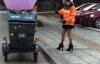 Nữ lao công mặc váy ngắn, đi giày cao gót quét rác gây xôn xao mạng