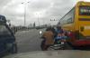 Video: Bức xúc cảnh xe bus hú còi bắt xe khác tránh đường để vượt đèn đỏ