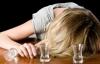 Clip: Choáng với cô gái say xỉn phải bò lên cầu thang