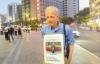 Cụ ông 60 tuổi đeo biển tìm bạn gái trên mạng đi khắp phố