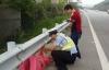 Cảnh sát giao thông đỡ đẻ cho thai phụ ngay bên lề đường