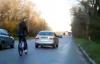 Tai nạn vì trò mạo hiểm chồng lái ôtô kéo vợ đi xe đạp phía sau