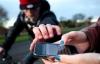 Clip cảnh báo: Nghe điện thoại ngoài đường thiếu phụ bị cướp trắng trợn