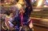 Cô gái trẻ thản nhiên hút shisha khi đi xe máy trên đường
