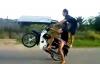 """Bốc đầu xe máy, """"dân chơi"""" thích thể hiện ngã lộn nhào về phía sau"""