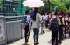 Nữ giáo viên bắt học sinh cầm ô che nắng gây phẫn nộ