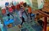 Clip ẩu đả trong quán cà phê, nhóm thanh niên cầm ghế phang nhau