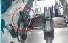 Video cảnh giác: Bé 2 tuổi ngã từ tầng 2 xuống khi nghịch thang máy cuốn
