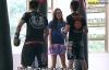 Video: Cô gái nhỏ bé đánh bại 2 nam võ sỹ boxing