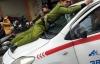 Video: Tài xế taxi cố thủ, đâm thẳng vào cảnh sát khi bị phạt ở Hà Nội