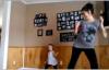 Video: Mẹ bầu 8 tháng nhảy rock cùng con gái 6 tuổi