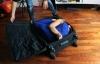 Cô gái có thể cuộn mình nằm gọn trong vali