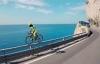 Chàng trai đạp xe trên hàng rào vách núi