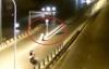 Video: Xe máy đâm thẳng vào cột biển báo giao thông