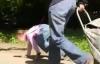 Phẫn nộ với video mẹ bắt con gái bò như thú vật trong công viên