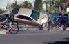 Video cảnh báo: Chồng tông chết vợ con vì mải lướt Facebook