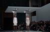 Giải trí - Bất ngờ với màn thay đồ bằng nước trên sàn catwalk của người mẫu