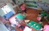 Bé gái 16 tháng tuổi bị cô giáo ghì đầu lắc mạnh vì ăn chậm ở Hà Nội