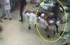 Video thanh niên rút dao đâm bệnh nhân đang cấp cứu