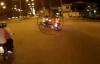 2 xe máy vượt đèn đỏ tông nhau, 3 người nằm đường
