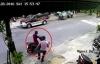Video: 2 tên cướp đi xe Air Blade xông vào quán giật túi xách