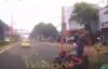 Video: Chạy trốn CSGT, 2 thanh niên suýt chết trước đầu ôtô