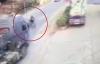 Video: Tai nạn giao thông, xe máy bị cuốn gọn vào gầm container