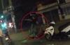 Thanh niên bị đánh tới tấp, ngồi lọt xuống nắp cống sau va chạm giao thông