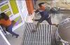 Người phụ nữ hoảng hốt chạy vào nhà khi bị côn đồ tấn công