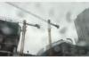 Cần cẩu xây dựng hàng chục mét quay tít mù trong gió bão ở Hà Nội