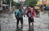 Học sinh Hà Nội xắn quần, lội nước đi học