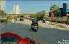 Xe máy dừng đèn đỏ đột ngột dưới bóng râm để tránh nắng