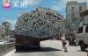 Xe tải siêu trường siêu trọng chạy nghiêng như muốn đổ