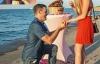 Chàng trai 365 ngày giơ bảng cầu hôn bạn gái