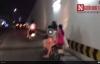Xe máy kẹp 5 trẻ nhỏ đầu trần phóng bạt mạng trên phố