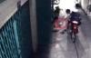 Lướt web trước cửa nhà, nam thanh niên bị cướp giật phăng điện thoại