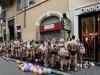 Hàng trăm nam thanh nữ tú mặc đồ lót xếp hàng mua đồ miễn phí