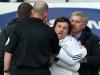 """Trợ lý của Mourinho nổi điên, lao vào """"tẩn"""" trọng tài Mike Dean"""