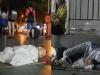 Đắng lòng nhìn 2 bé ngủ ở sàn nhà chờ xe