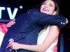 Hoàng Thùy Linh ngỡ ngàng khi Harry Lu ôm chặt trên sân khấu