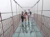 Trung Quốc: Hãi hùng đi trên cầu kính có thể đung đưa trong gió