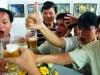 Vì sao người say rượu thường nói nhiều và hành động kỳ quặc?