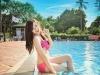 Nữ sinh Báo chí tạo dáng bên bể bơi