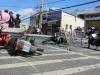 Ba người đi xe máy bất tỉnh vì cột đèn đường bỗng nhiên đổ sập