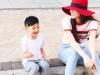 Hồ Ngọc Hà cùng con trai Subeo vui vẻ ngồi vỉa hè