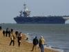 Dân Anh đổ ra bờ biển xem tàu sân bay khổng lồ của Mỹ