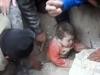 Clip em bé vùi dưới đất đá được cứu sống diệu kỳ
