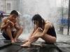 Đôi nam nữ thản nhiên tắm giữa đường phố Trung Quốc